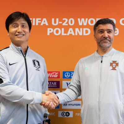 Head coach Chung Jungyong of Korea Republic U-20s and head coach Helio Dias of Portugal U-20s shake hands
